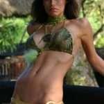 Renata Gonzalez – Fotos En Bikini De Tanga Dorada Con Top Verde Foto 5